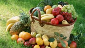 Корзина с фруктами и овощаи