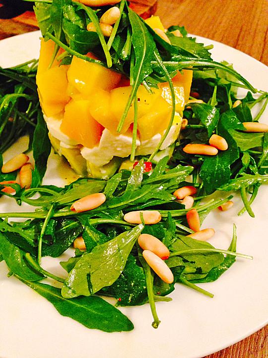 салат из моцареллы, манго и авакадо