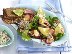 salat-iz-zapechennogo-myasa-s-avokado