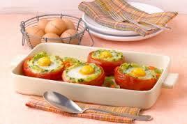 Яйцо в помидоре с крапивой и зелёным луком