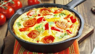 Омлет с помидорами брокколи и сыром моцарелла