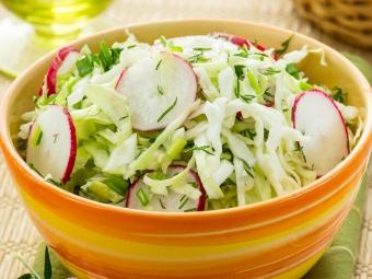 Салат из молодой капусты и редиса