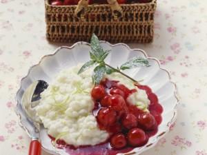Молочные рис с лаймом и вишневой подливой