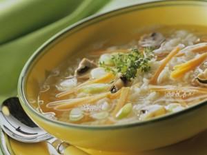 Рисовый суп со свежими овощами и шампиньонами