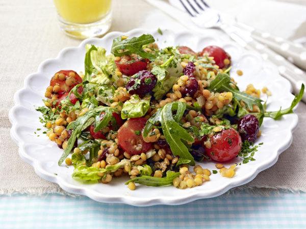 Салат из красной чечевицы овощами и зеленью