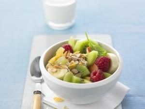 Фруктово - ягодный салат с овсянкой