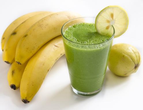 1 яблоко, 1 банан, шпинат, 1 2 лимона, 100 мл воды