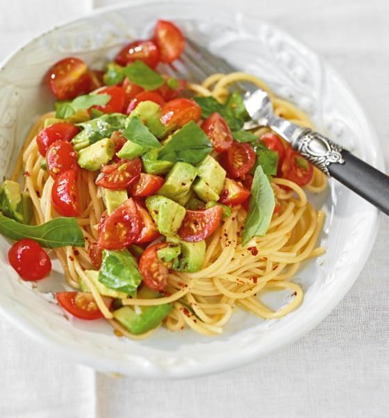 Спагетти с авокадо и помидорами
