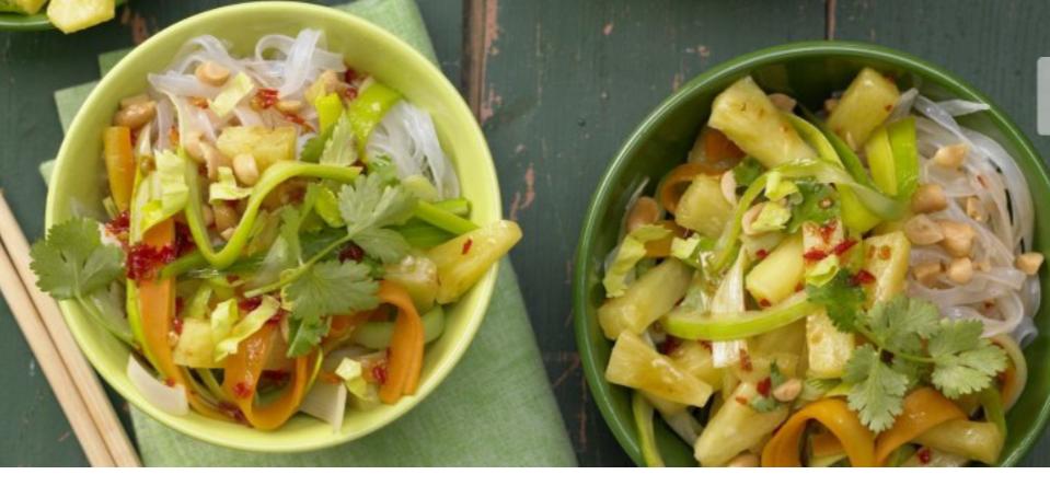 Фунчоза с простым овощным салатом
