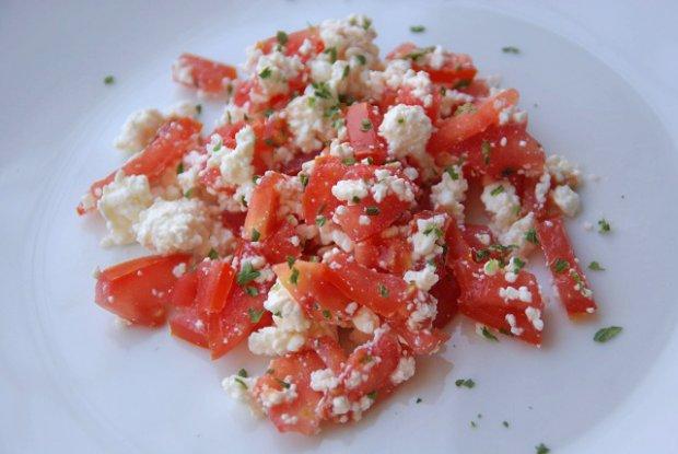 Салат творожный с помидорами