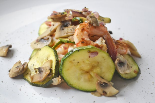 Тёплый салат с грибами и креветками