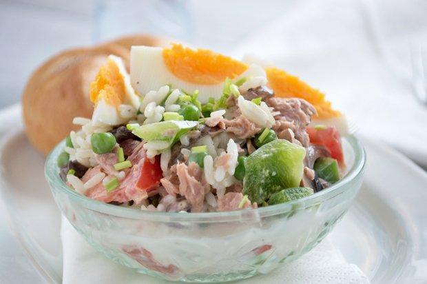 "Салат из риса и тунца ""Морской каприз"""
