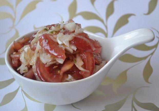 Салат из квашеной капусты с помидором